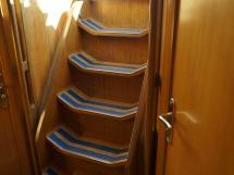 Feeling 546 Prestige - Companionway steps