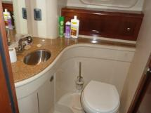 MERIDIAN 411 Sedan - Central cabin's bathroom