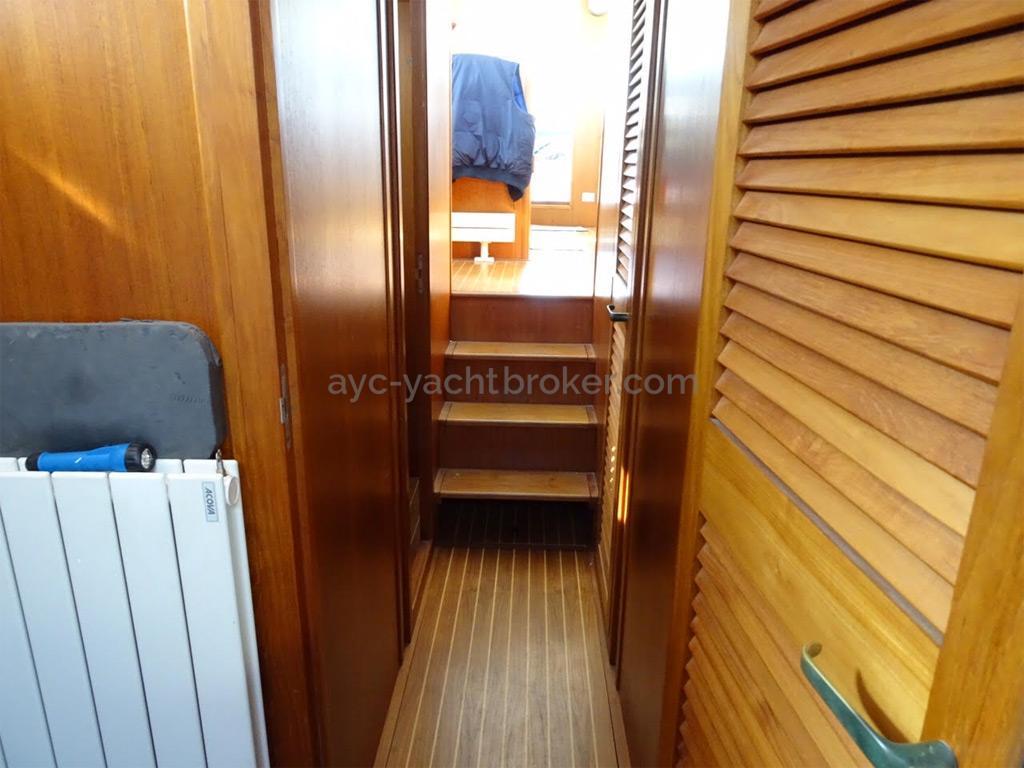 AYC Yachtbrokers - Trawler Meta King Atlantique - Companionway