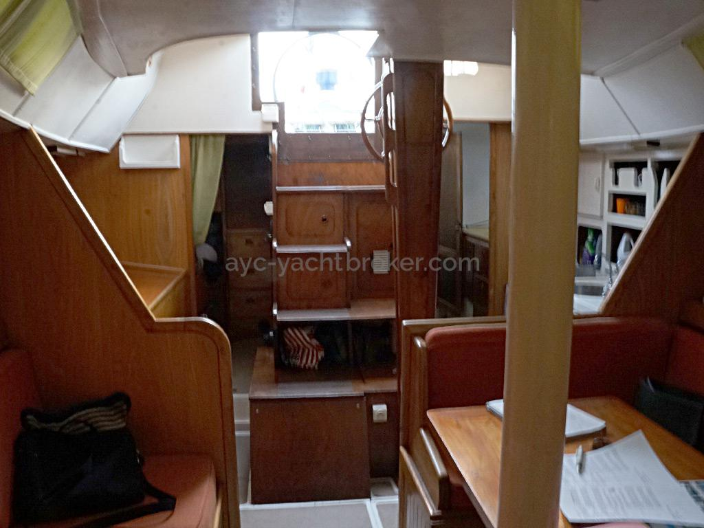 Petit Prince 125 - Companionway and saloon