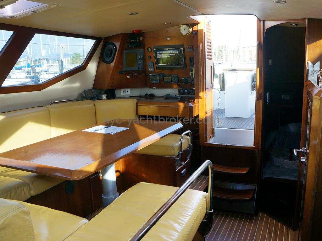 AYC Yachtbroker - JFA 45 Deck Saloon - Deck saloon and chart table