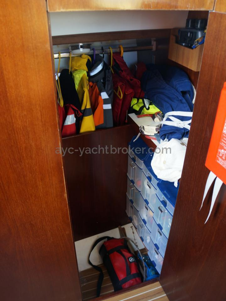 AYC Yachtbroker - JFA 45 Deck Saloon - Toilet and storage (port side)