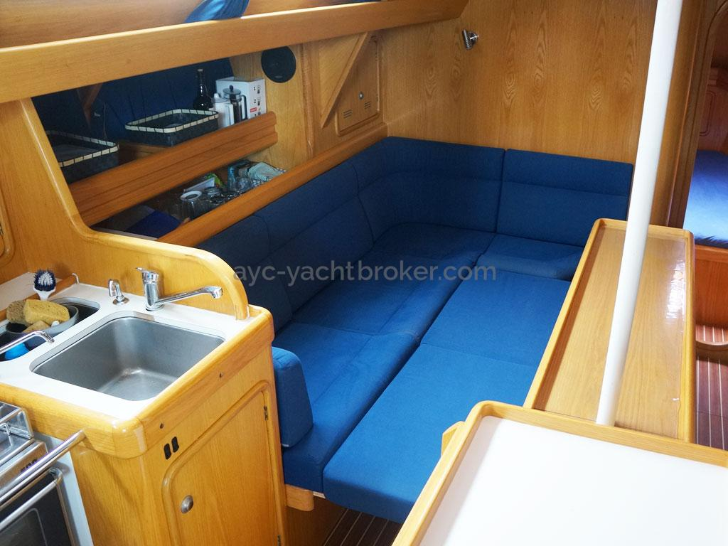 OVNI 395 - Port side of the saloon turned into a double bed