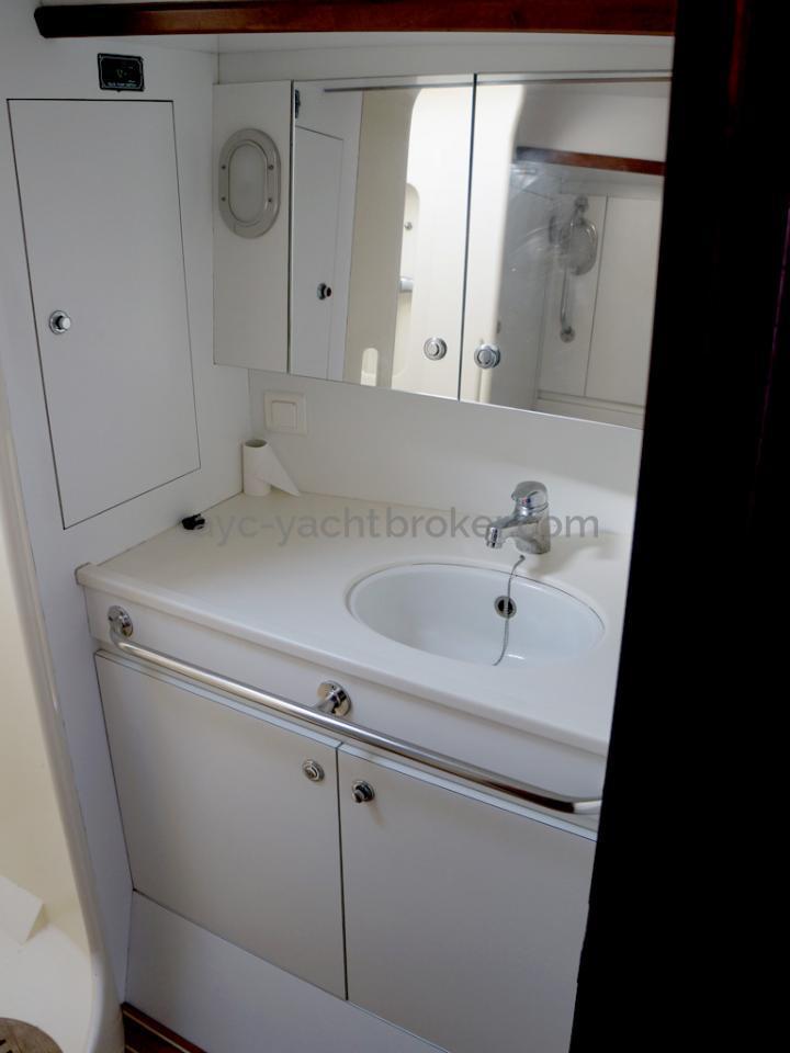 AYC Yachtbroker - JFA 45 Deck Saloon - Forward bathroom