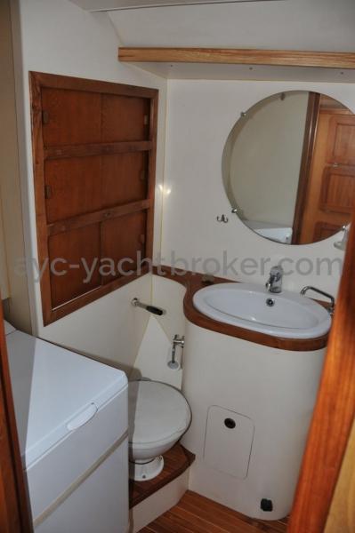 Via 52 - Front bathroom