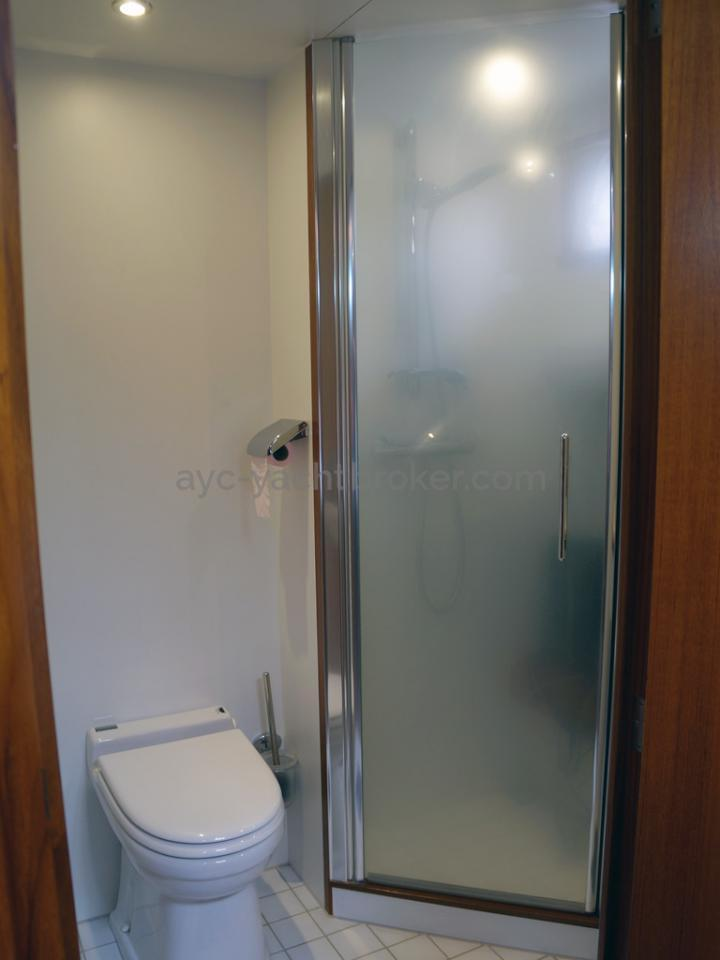 Searocco 1500 Trawler - Forecabin shower room