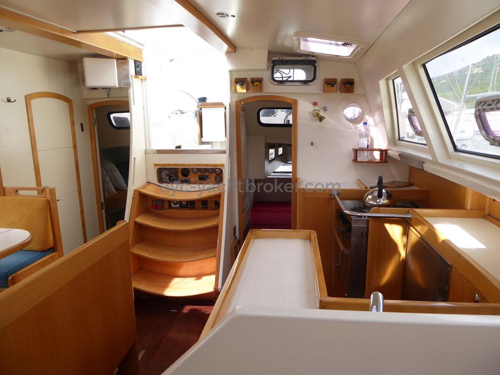AYC - Azzuro 53 / Galley & saloon