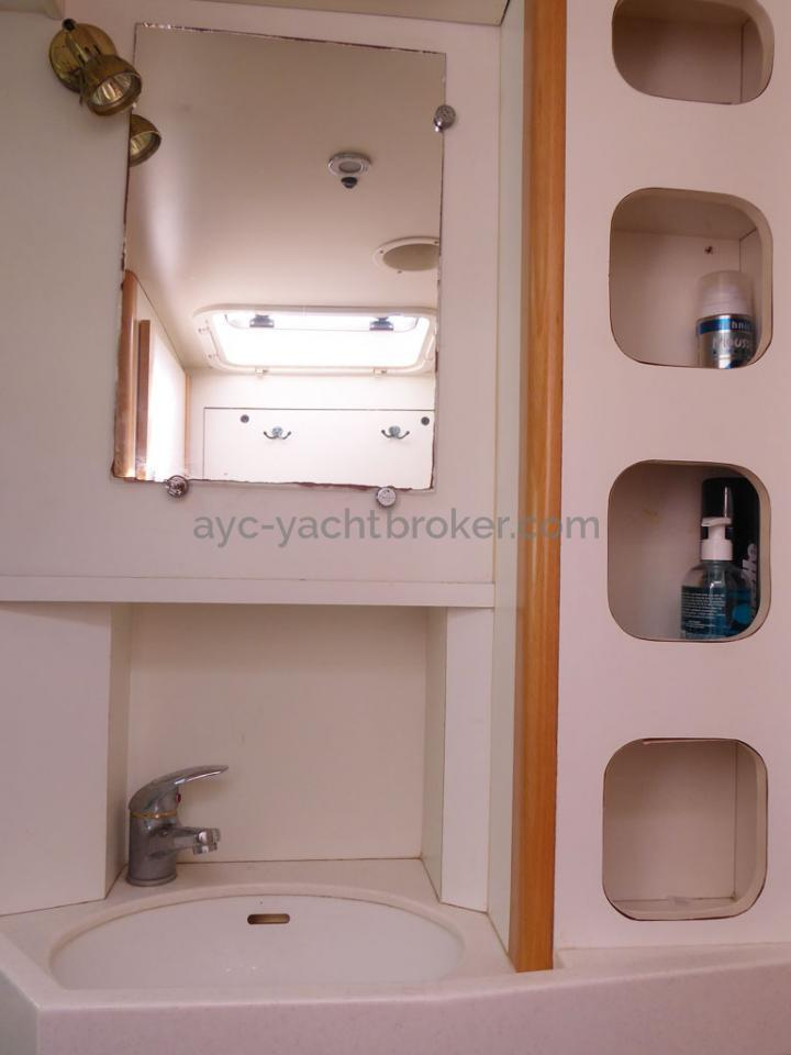AYC - Azzuro 53 / Forward bathroom