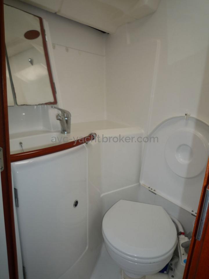 AYC - Oceanis 423 / Forward bathroom