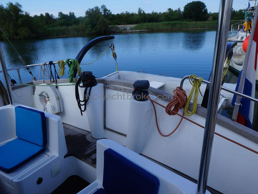 AYC - Trawler fifty 38 / Cockpit and aluminum davits for tender