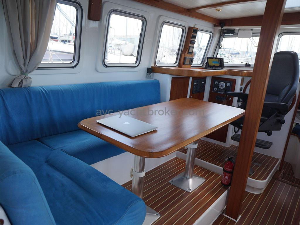 AYC - Trawler fifty 38 / Saloon table