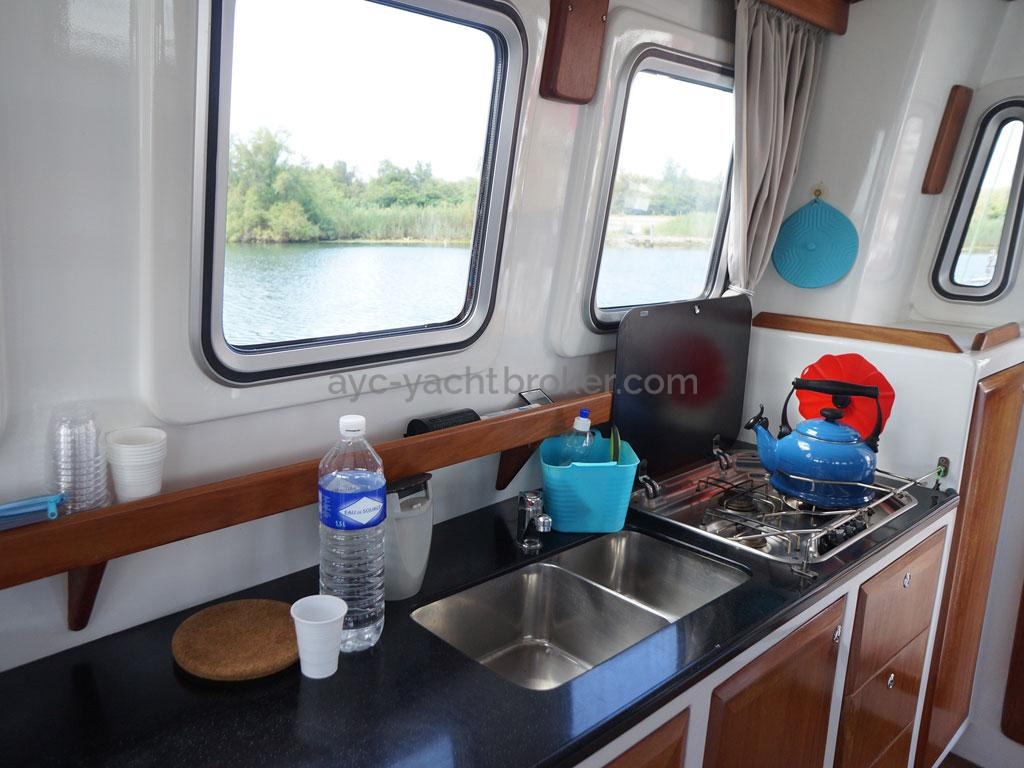 AYC - Trawler fifty 38 / Galley