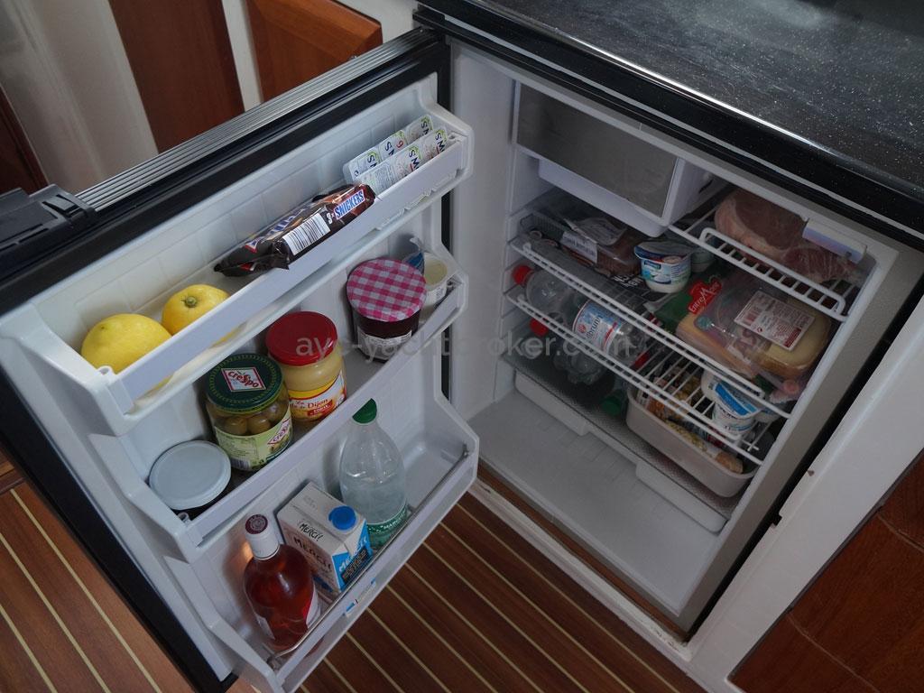 AYC - Trawler fifty 38 / Refrigerator
