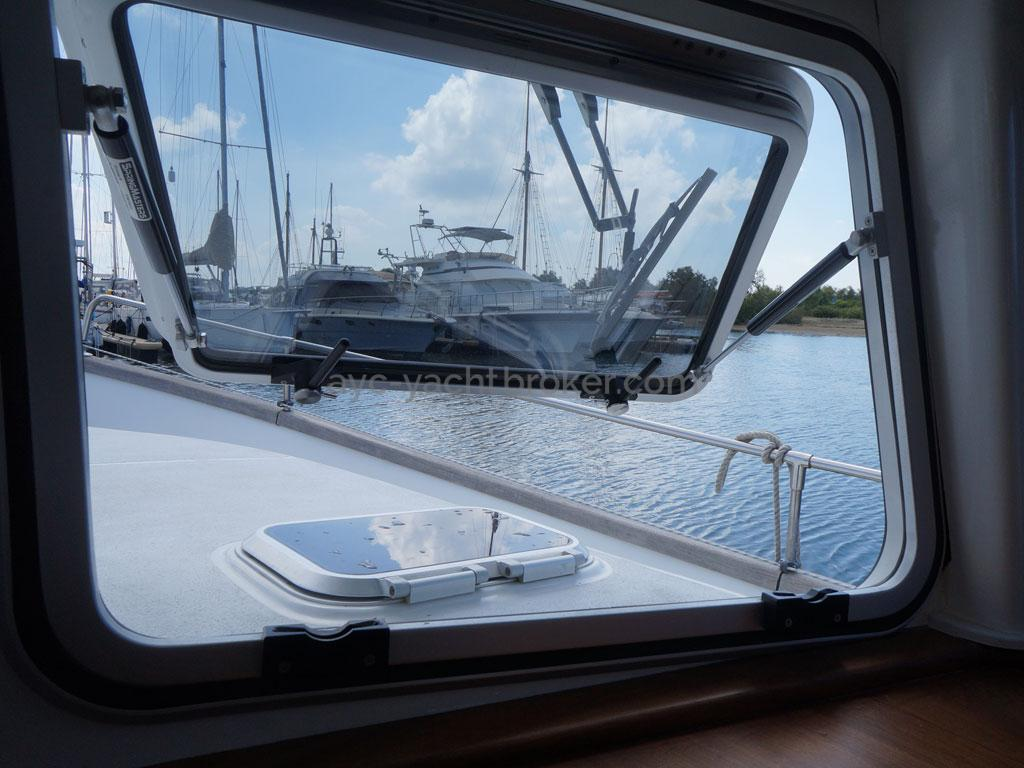 AYC - Trawler fifty 38 / Saloon opening hatch