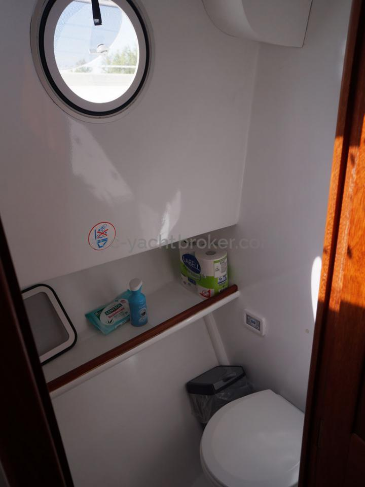 AYC - Trawler fifty 38 / Front starboard toilet