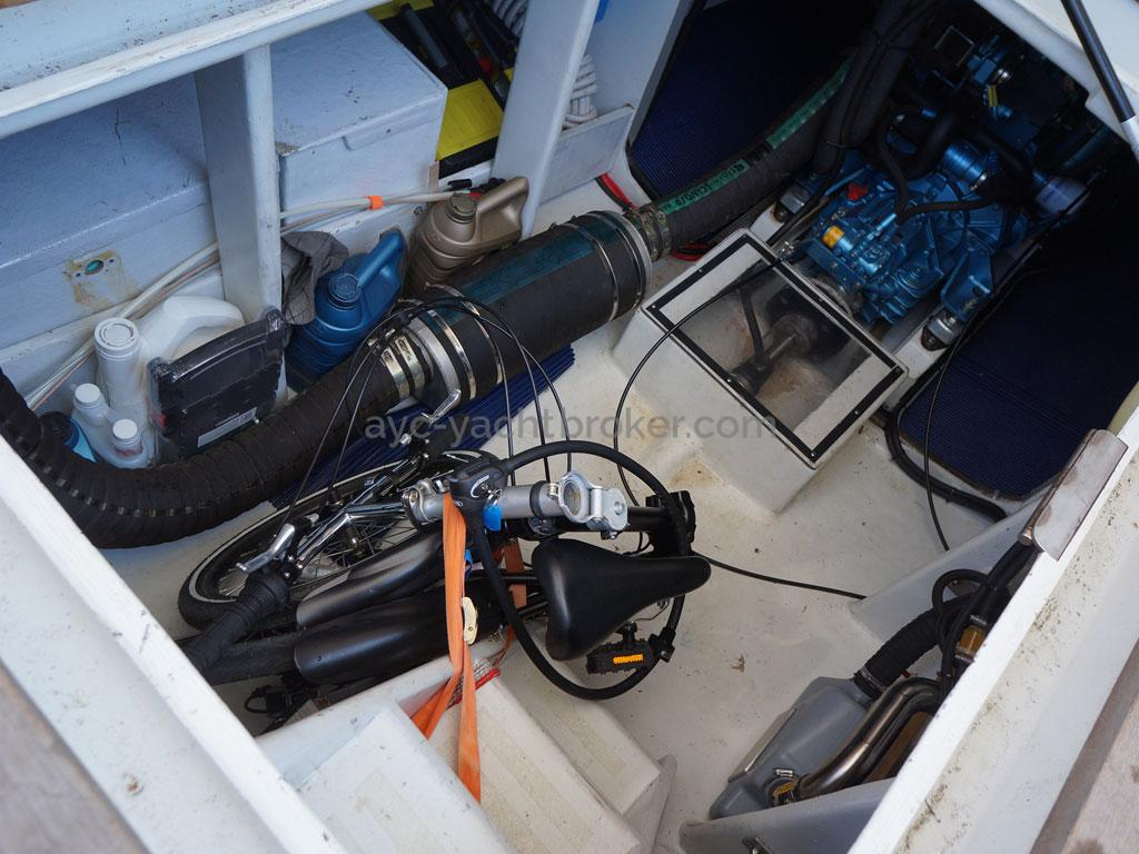 AYC - Trawler fifty 38 / Engine room