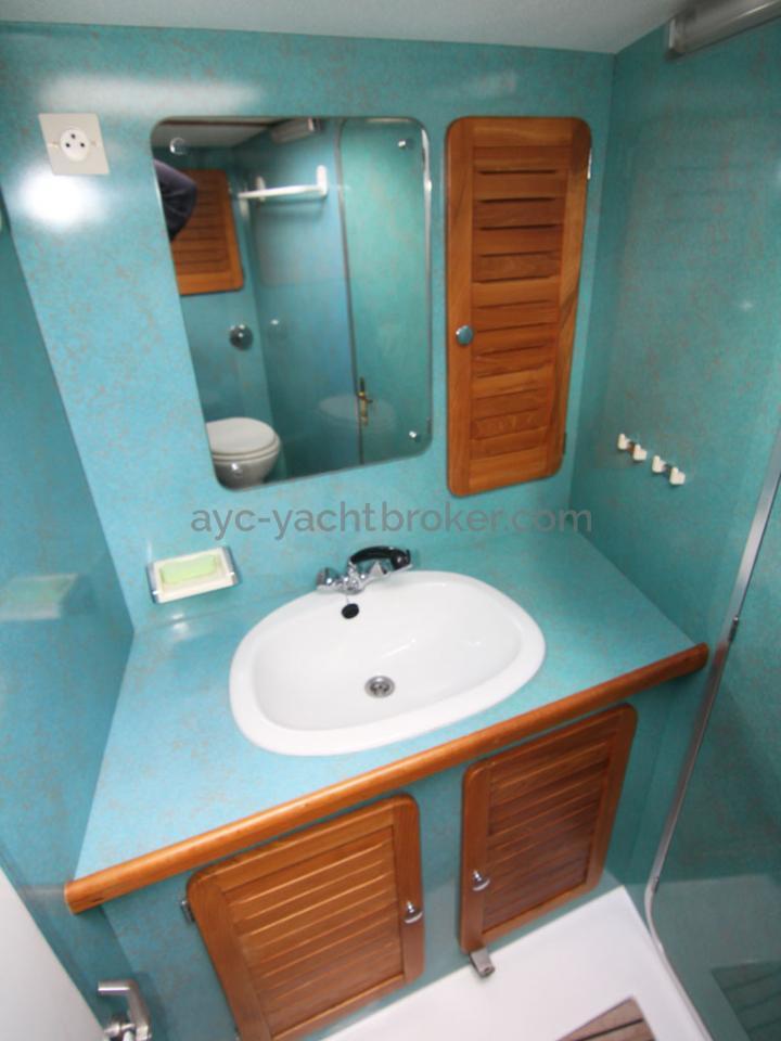 AYC - Jeroboam / Front cabin bathroom