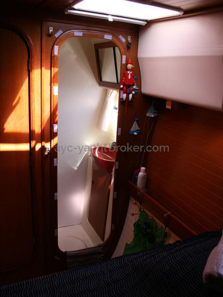 AYC - Nautitech 44 / Forward port cabin bathroom