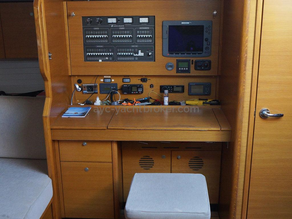 AYC Yachtbroker - GRAND SOLEIL 54 - chart table