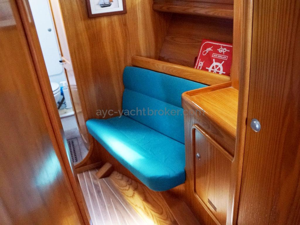 OVNI 435 - Benchseat in the forward cabin