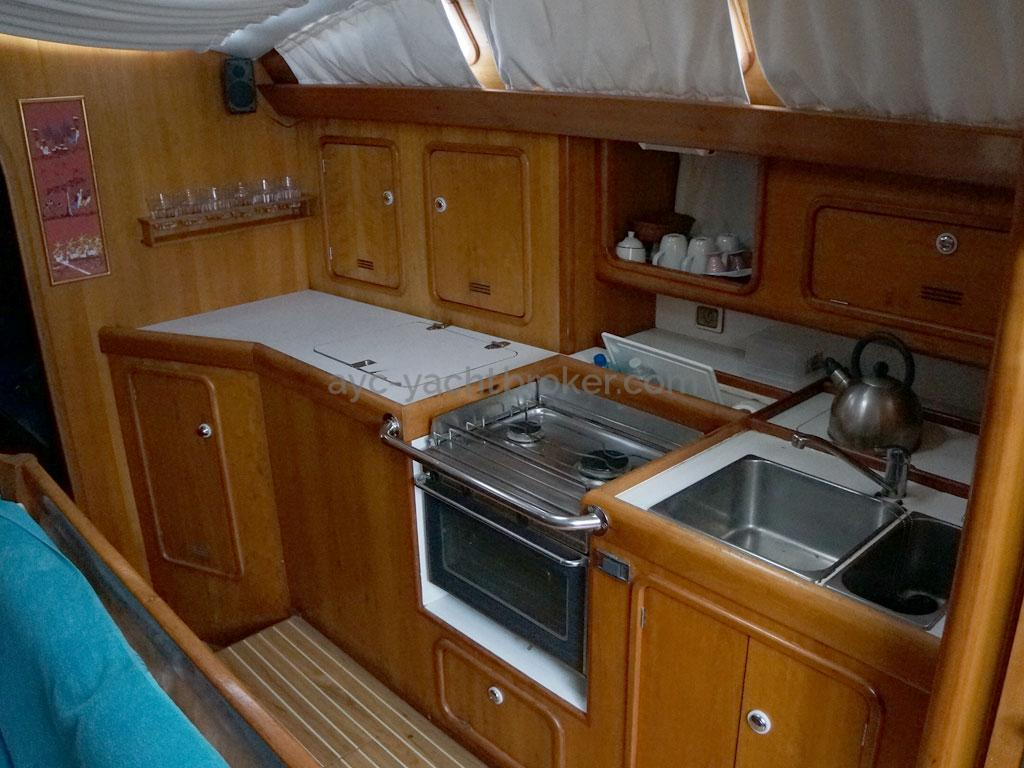 OVNI 455 - Starboard galley