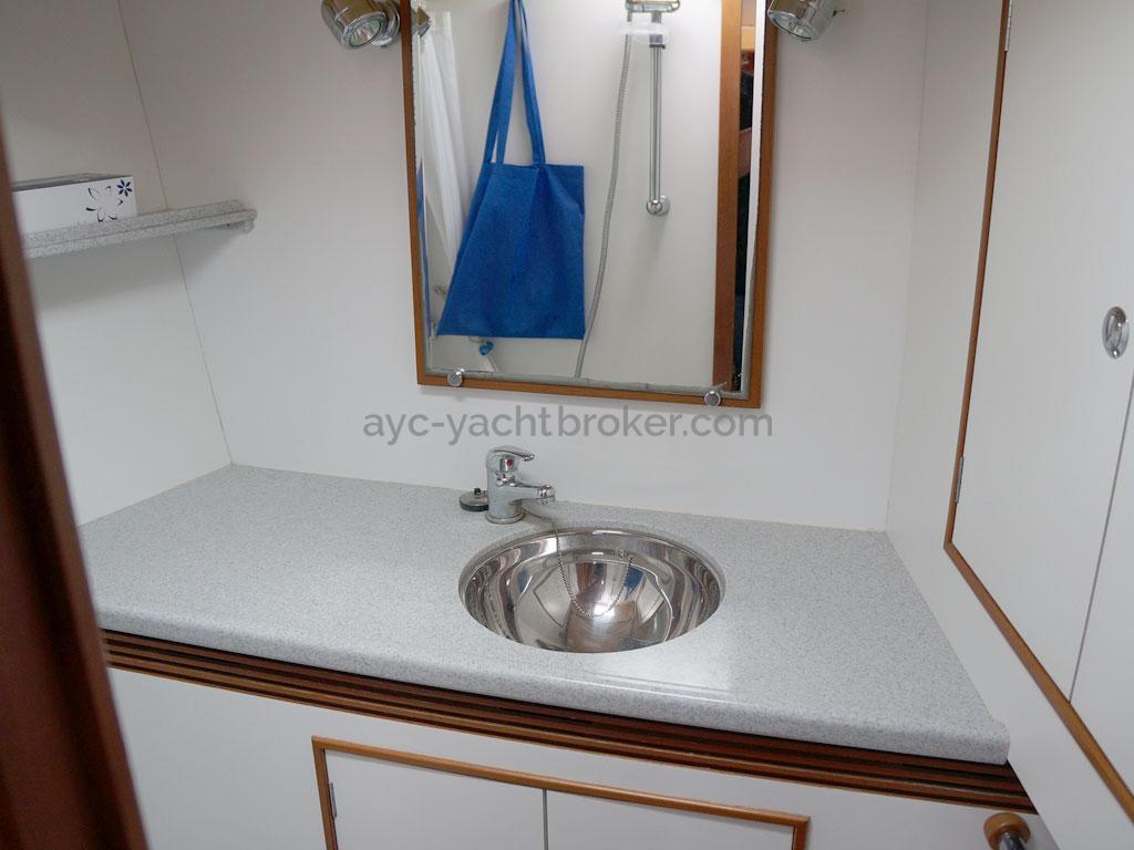 Alliage 44 - Bathroom in the forward stateroom