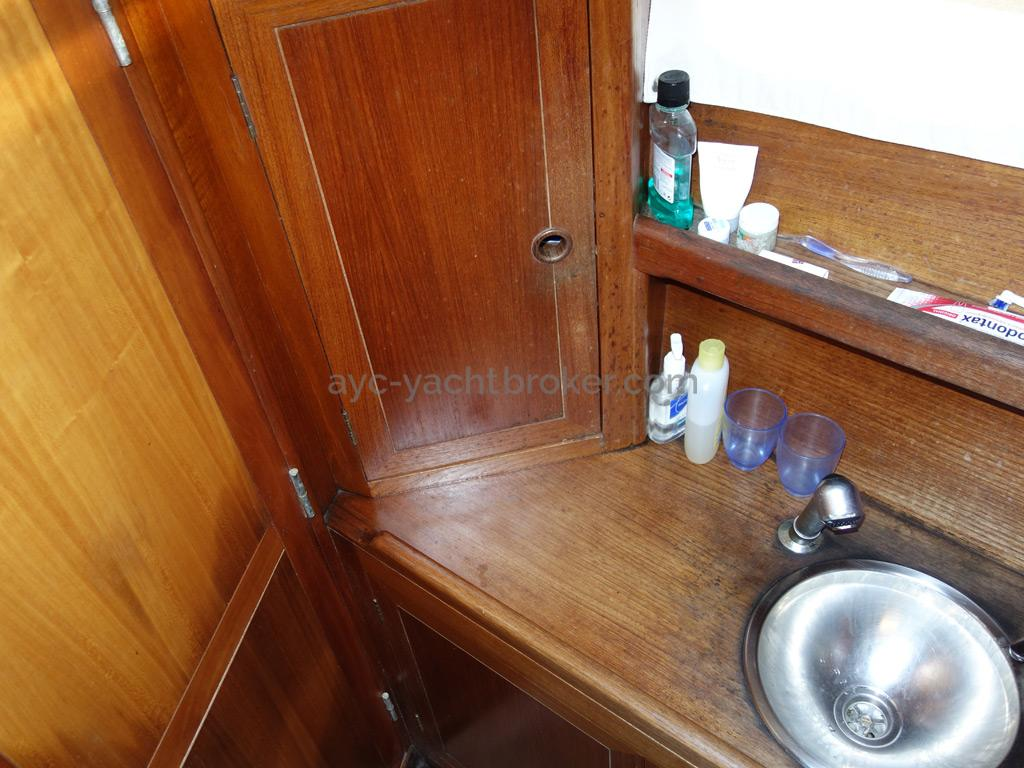 Universal Yachting 49.9 - Bathroom detail