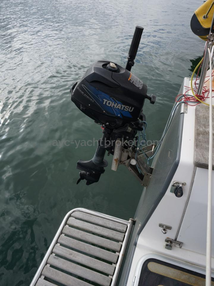 RM 1200 - Outboard engine on support