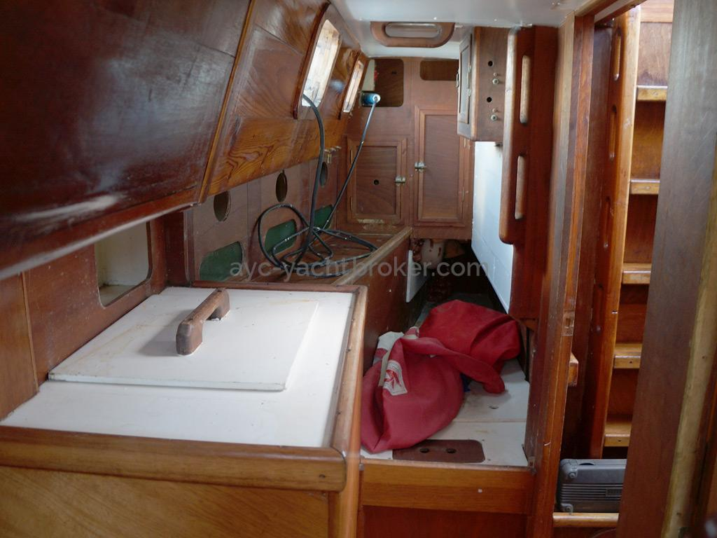 Dalu 47 - Aft passageway with a single bed