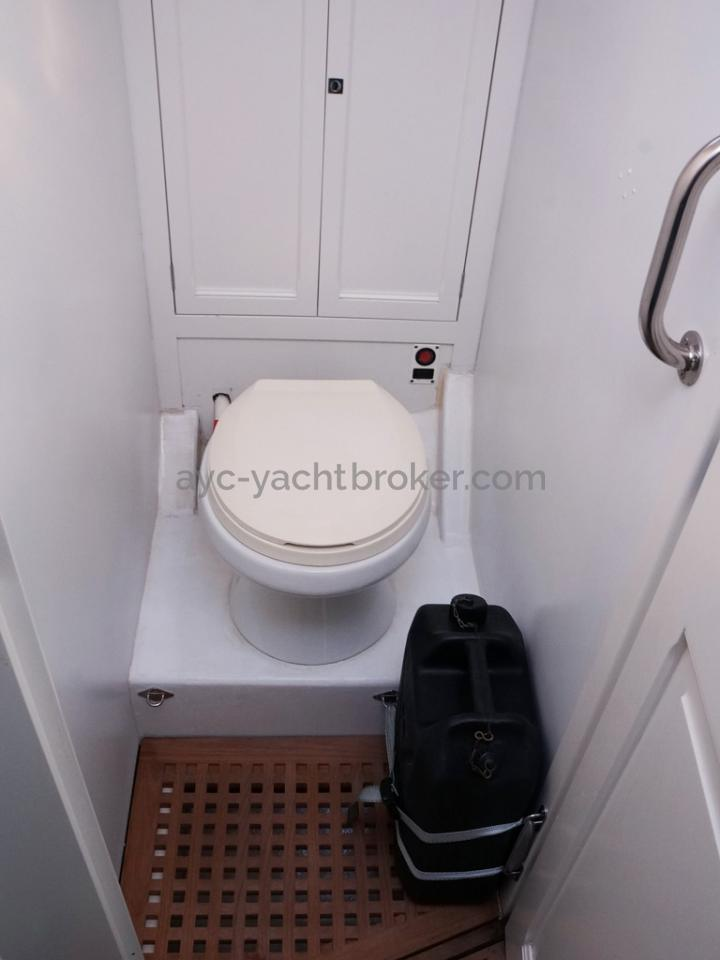 AYC Yachtbrokers - Tocade 50 - WC separated from the forward cabin