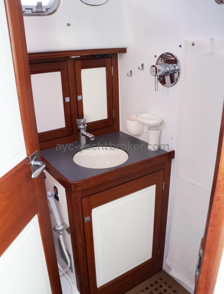 AYC Yachtbrokers - Tocade 50 - Aft cabin's bathroom