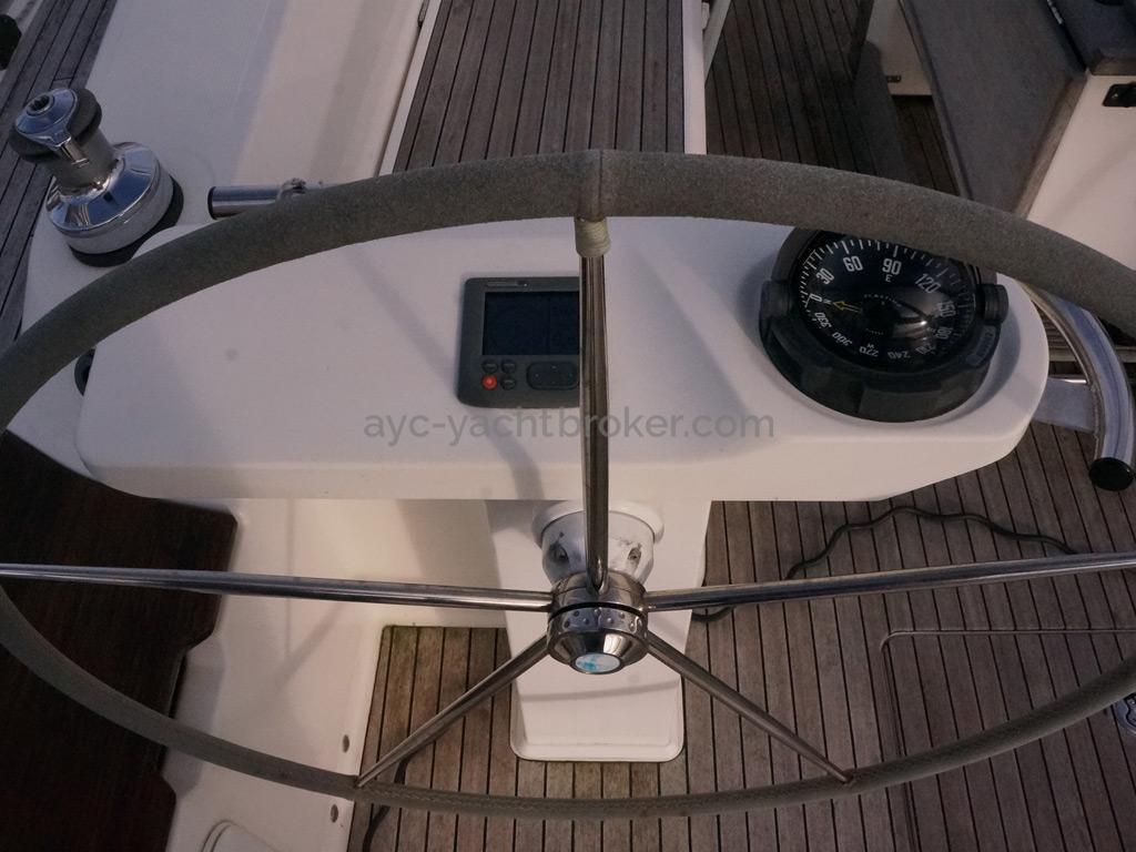 Bavaria 45 Cruiser - Port steering station