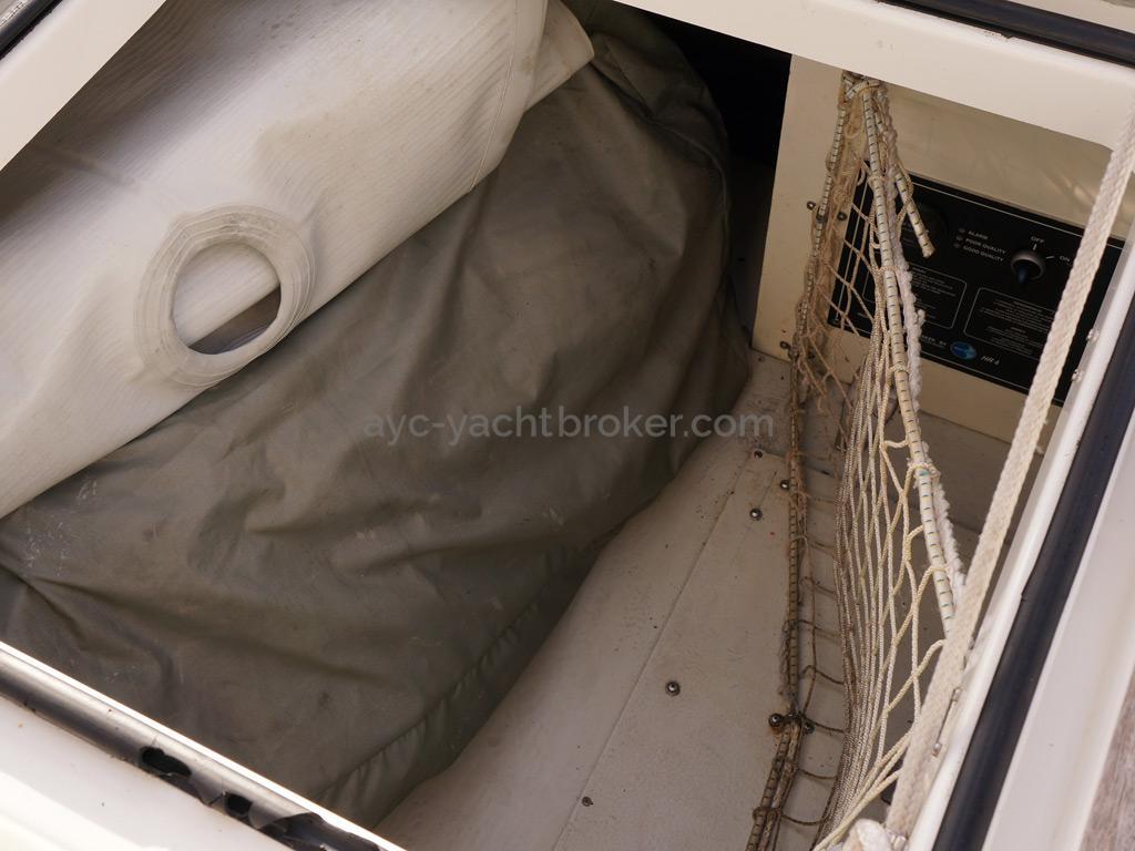 Bavaria 45 Cruiser - Central cockpit locker