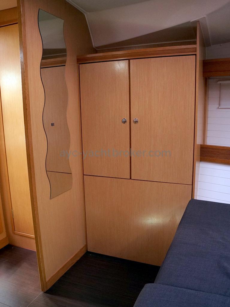 Bavaria 45 Cruiser - Forward cabin's wardrobe
