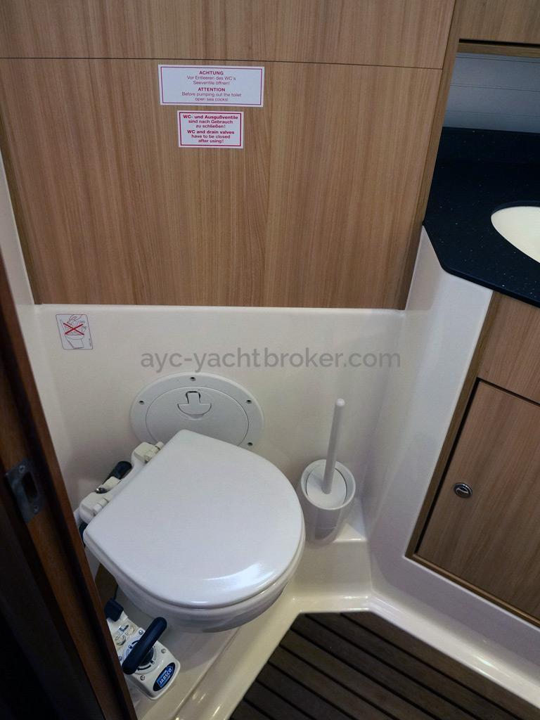 Bavaria 45 Cruiser - Aft cabin's bathroom