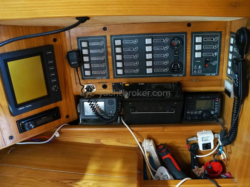 OVNI 385 - Electronics at the chart table + electric switches panel