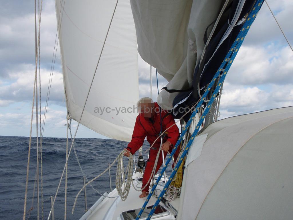 Universal Yachting 49.9 - Port catwalk