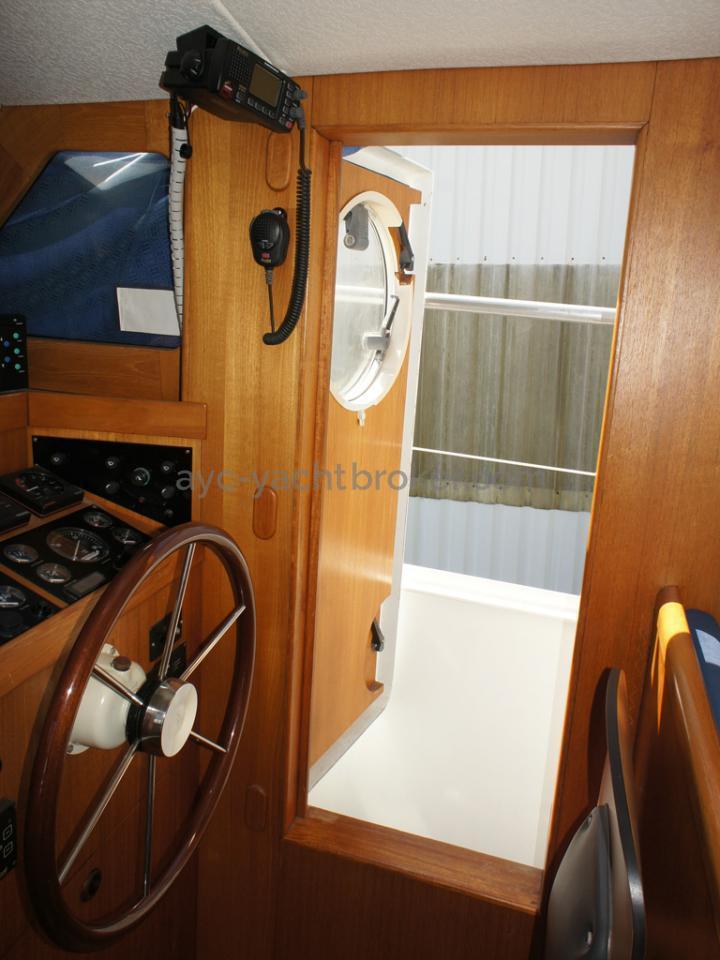 AYC Yachtbrokers - Trawler Meta King Atlantique - Watertight side door
