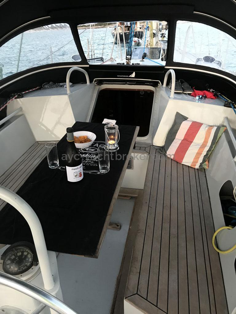 Garcia Nouanni 47 - Cockpit with the table